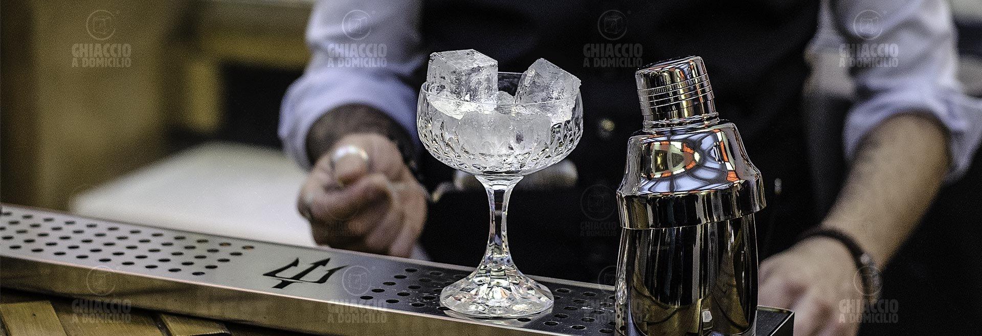 Ghiaccio Hoshizaki in un Bicchiere di Cristallo con Shaker e Barman